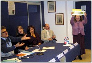 La vincitrice mentre mostra l'ambito riconoscimento e il premio per il primo posto