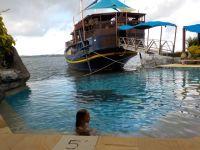 Dans la piscine de l'hôtel Manta ray