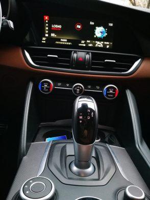 Alfa Romeo Giulia consola central