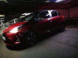 lateral nocturno Toyota Yaris hibrido