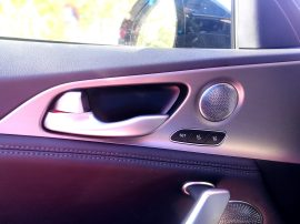 Kia Stinger GT - Asideros y audio