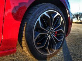 Llantas Opcionales de 18 pulgadas con neumáticos 235/40/18 y pinzas de freno rojas
