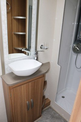 2019 Lunar Quasar 686 washroom