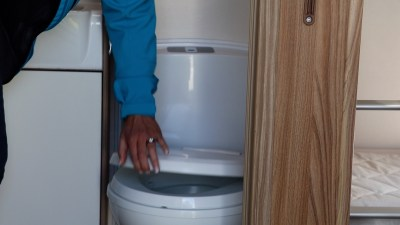 closing toilet lid