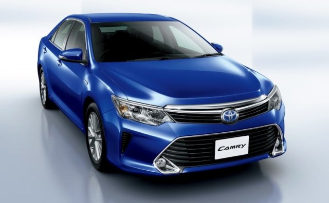 2015 Toyota Camry Hybrid Front Right Quarter Top Angle