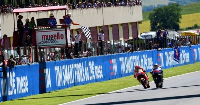 Moto GP Spanish rider Jorge Lorenzo steers his Yamaha (R) to cross the finish line ahead of Spain's Marc Marquez on his Honda during the Moto Grand Prix at the racetrack in Mugello on May 22, 2016.  / AFP PHOTO / GIUSEPPE CACACE