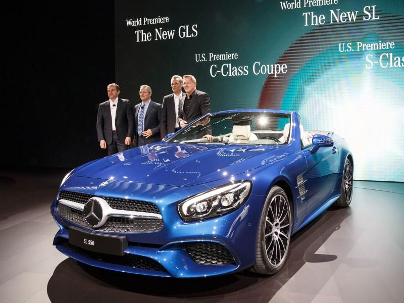 """Gleich zwei Weltpremieren in der Kategorie """"Dream Cars""""  feiert Mercedes-Benz auf der Los Angeles Auto Show 2015. Unter der kalifornischen Sonne debütieren der neue Luxury-Large-SUV GLS und die  Roadster-Ikone SL. Ihre laufende Modelloffensive verstärkt die Marke mit dem Stern durch die US-Premieren des S-Klasse Cabriolets und des C-Klasse Coupés, die in L.A. auch als leistungsstarke AMG Versionen im Rampenlicht stehen.   v.l.n.r:Tobias Moers, Stephen Cannon, Hans-Dieter Kurz, Gorden Wagener Mercedes-Benz is celebrating no less than two world premieres in the"""