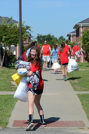 Catherine Guthrie, junior education major and Welcome Week leader, unloads luggage during freshman move-in. | Photo by MiKalla Cotton, staff photographer
