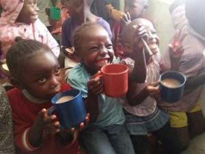 Glückliche Kids bei der Verpflegung