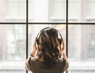 Onderzoek: Muziek op je werk verhoogt je productiviteit – de ultieme kantoor playlist