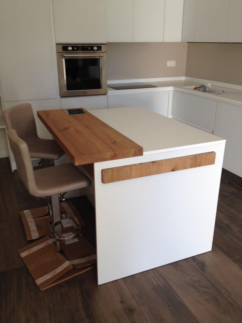 cucina con isola tavolo estraibile  Caretta Design