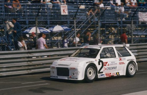 Carole Vergnaud sur le circuit Paul Ricard au volant d'une AX Superproduction en 1987