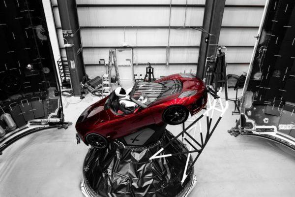 Starman le robot dans la Tesla Roadster rouge qui était à l'intérieur de la fusée Falcon Heavy