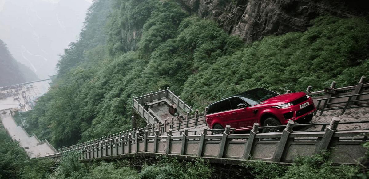 Hvem er sejest: Range Rover på en trappe eller Audi på et skihop?