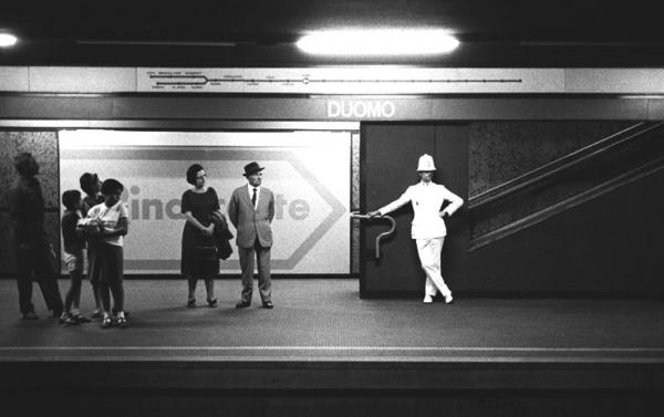 Vigile di Milano Ghisa in attesa del metro della linea Uno. www.carloorsi.com