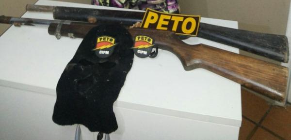 armas e máscara ninja apreendidas