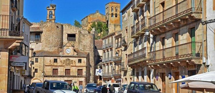 Plaza de España - Cárcel y Castillo en primer plano y al fondo la Iglesia del Salvador