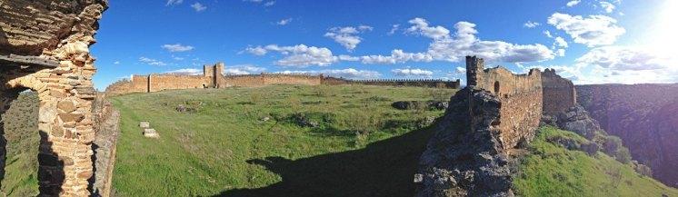 Panorámica del patio de armas el Castillo de Montalbán
