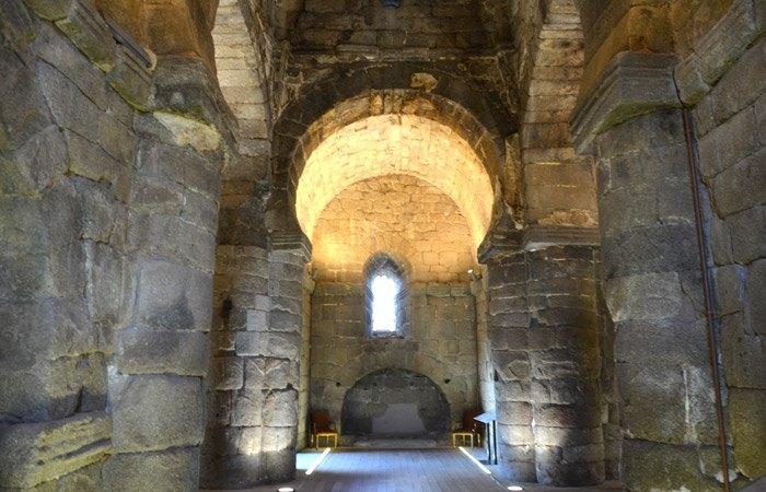 Arcos de herradura típicos de la arquitectura visigoda y solidez extrema de sus muros de sillares enormes