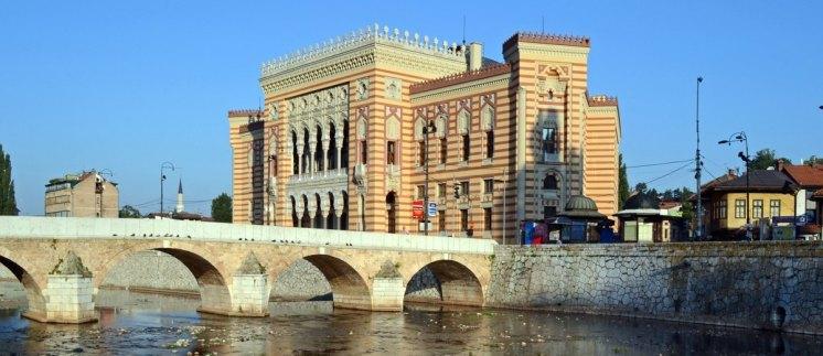 Puente sobre el Río Mijacka y Biblioteca de Sarajevo