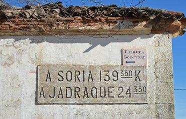 Indicador antiguo de carretera en Torre del Burgo
