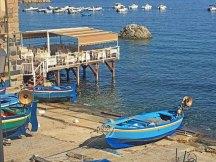 Barcas de pesca y terrazas sobre el mar en Chianalea