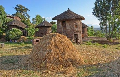 Casas Tradicionales y paja amontonada