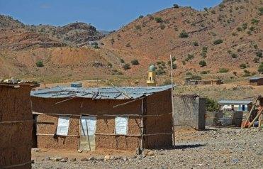 Humildes casas de adobe y entramados de madera y chapa