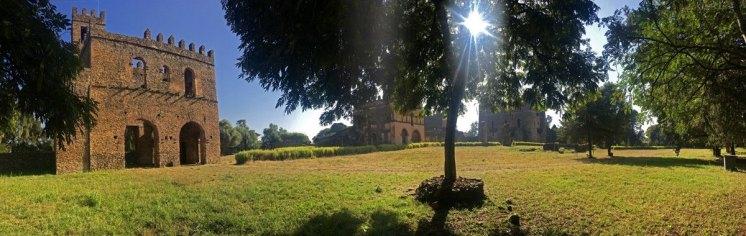 Archivo y Biblioteca de Yohannes y a la derecha el Castillo de Fasilidas