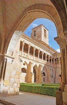 Claustro y Torre de la Iglesia