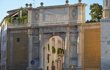 Arco de Vallareso - Piazza del Duomo