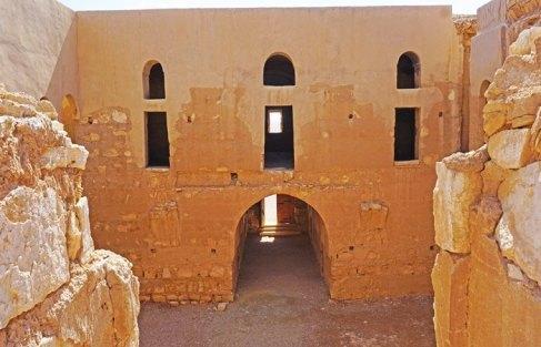 Entrada y Patio del Castillo