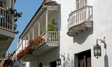 Balcón con Flores en Calle Santo Domingo