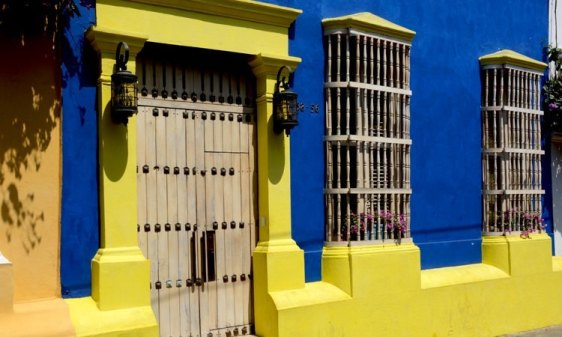 Casa Amarilla y Azul