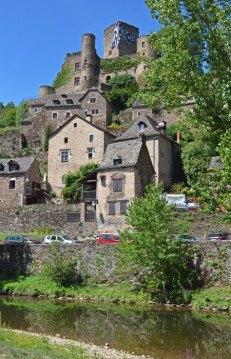 Casas escalando la colina del castillo