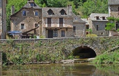 Casas junto al río Aveyron