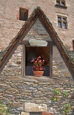 Secador de grano con cartel en Occitano