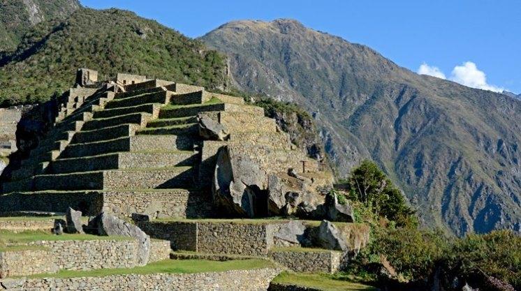 Machu Picchu. Intihuatana y Cordillera de los Andes