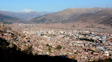 Barrios Modernos de Cuzco y Nevado Salcantay