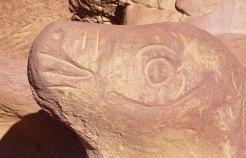 Petroglifo que aprovecha el relieve de la roca