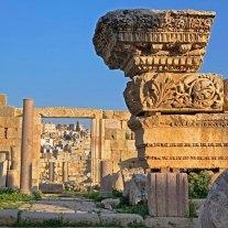 Capiteles y cornisas decoran las ruinas de Jerash