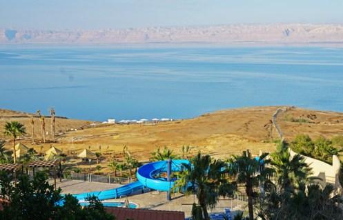 Resort en la Costa Jordana del Mar Muerto: Al fondo Israel