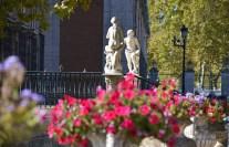Decorada con estatuas mitologicas, parterres y flores