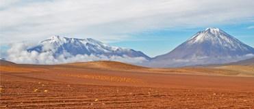 El altiplano flanqueado por el cordón volcánico
