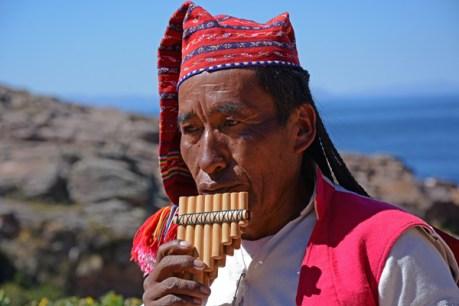 Isla de Taquile. Músico con Zampoña