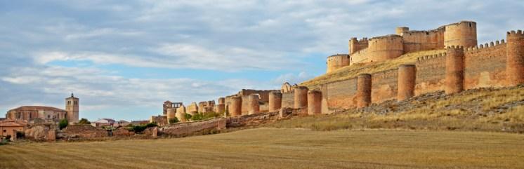 A la izquierda la silueta de la colegiata, a continuación el perimetro de murallas medievales de Berlanga de Duero