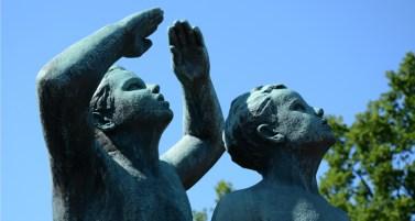 Parque Vigeland. Niños Mirando al Cielo