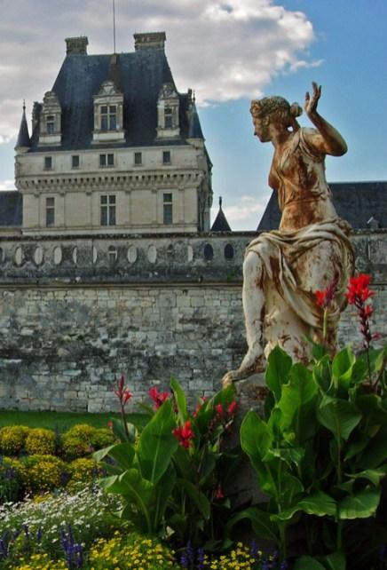 Terrazas y esculturas en los jardines