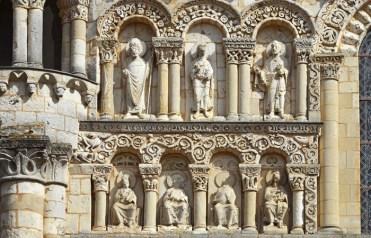 A ambos lados del friso representación de los Apóstoles, San Hilario y San Martín de Tours