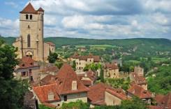 El pueblo y la meseta de Quercy al fondo